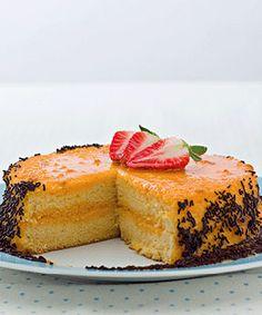 Bolo de aniversário. Uma sugestão simples para comemorar. Para terminar fruta fresca e chocolate raspado ou amêndoas laminadas.