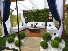 TERRAZA CON PLANTAS VERTICALES via www.terrazasyjardines.blogspot.com