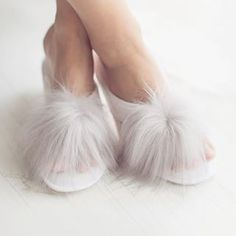slippers ✨✨ Available for quarter orders 🎁 🎁 Fur Slides, Faux Fur, Slippers, Luxury Shop, Photo And Video, Sandals, Videos, Photos, Instagram