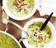 Krämig potatis- och purjolökssoppa   Recept ICA.se Veggie Soup, Vegetarian Soup, Delicious Vegan Recipes, Healthy Recipes, Soup Recipes, Dinner Recipes, Fall Dinner, I Love Food, Food Hacks
