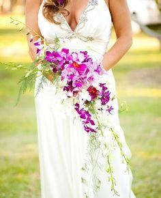 Buquê de noiva em cascata de orquídeas. Foto: Angel Gray Photography.