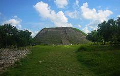 """Izamal es uno de los centros ceremoniales y religiosos más importantes de la cultura maya, el cual se localiza a 72 kilómetros de la ciudad de Mérida, Yucatán, a este sitio también se le conoce como Ciudad de los Cerros y Ciudad de las Tres Culturas, gracias a la combinación de las épocas prehispánica, colonial y moderna; entre sus principales edificaciones están: la Pirámide denominada """"El Kinich Kak Moo"""", """"El Itzamatul"""", """"El Conejo"""" y el """"Habuc"""", no dejes de explorar sus alrededores y…"""