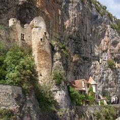 Cabrerets est un village pittoresque des gorges de la Célé. On y découvre 2 chateaux. Le château Gontaud d'abord, semble toiser le village. Datant du 13°s, remanié au 16°s, il a été restauré au 19°s. Le château des Anglais, ensuite, particulièrement original. Bâti sous une falaise, il s'agit d'une construction semi-troglodytique qui domine de près le cours d'eau