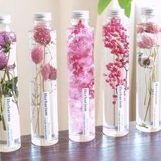 """本物の花々をガラスの中に閉じ込めた""""FLOWERiUM®︎(フラワリウム)""""独自の開発技術によりみずみずしい状態の花々を長期間鑑賞できるようにした新しいインテリア雑貨です特殊な保存液で封じ込めることによりフラワリウム特有の瑞々しさが生まれ長期間に渡って色鮮やかな草花のある暮らしをお楽しみいただけますガラスの中で揺れ動く草花たちは優しい光に照らされて宝石のようにキラキラと輝き透き通った花びらが幻想的な空間を演出します「たくさんの人に花のある暮らしをお届けしたい」そんな想いが込められたフラワリウムは、ひとつひとつ、作り手によって丁寧に作られています使用されているのは全て本物の花々一つ一つ手作業で製作しているため、同じ者が二つと無いところも魅力ですボトルを上下にひっくり返したり傾けたり…"""