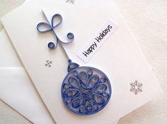 Chacun de mes cartes à la main se façonne comme je manipule les beaux papiers et rubans que je côtoie, rendant chaque carte unique à ce moment. Celui-ci est conçu sous la forme dun ornement de sapin de Noël. Les couleurs sont le bleus et argent ; la carte elle-même est écru. Lintérieur est vide, en attente de votre message pour un spécial Noël, quelquun.  Cette carte mesure 4 x 5 ½ (14 x 10 cm). Il arrive avec sa propre enveloppe coordonnée, soigneusement emballé et protégé en foamcore afin…