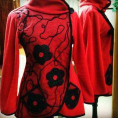 Tapado polar rojo con aplicaciones de telas recicladas #instafashion #Instapuq #instachile #Chile #like #puq #patagonia #PuntaArenas #spring #fall #primavera #lfw #Fashion #moda #instamoda #recicled #circle #ss16 #chilegram #instachile #design #diseño #flowers #recicled #red