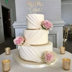 ✔ 30 wedding cakes so elegant, we can't look away 00048 The Effective Pictures We Offer You About romantic wedding cake small A quality picture can tell you many things. Black Wedding Cakes, Amazing Wedding Cakes, Wedding Cake Rustic, Elegant Wedding Cakes, Elegant Cakes, Wedding Cake Designs, Wedding Cake Toppers, Gold Wedding, Wedding Bands