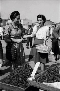 Tasting cherries in the farmer's market, Bucharest, Cireșe, 1941 foto: Willy Pragher City People, Vintage Photography, Romania, Doctor Who, Che Guevara, Marketing, Pictures, Cherries, Retro