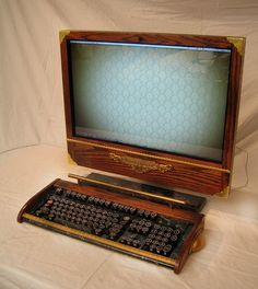 I know you've placed many steampunk gadgets on your desk. But your Apple iMac is still its same old self. As a steampunk fan, perhaps you also could modify your Arte Steampunk, Steampunk House, Victorian Steampunk, Steampunk Fashion, Steampunk Cosplay, Steampunk Clothing, Gothic Fashion, Steampunk Accessoires, Steampunk Gadgets