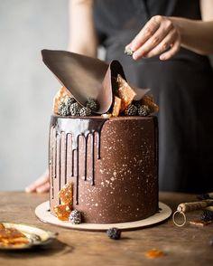 """Когда встречаются два талантливых кондитера @dasha_she и @cakeit_nsk жди торт. Если торт доверят снимать мне, то наверняка он будет шоколадным. В нашем деле """"снимать"""" значит обязательно продегустировать в финале) ну кто не любит шоколадные торты!?"""