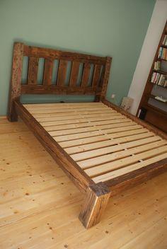 Masivní postel ze starých smrkových trámů
