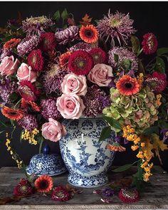 A pretty spring floral arrangement. Beautiful Flower Arrangements, Fresh Flowers, Floral Arrangements, Beautiful Flowers, Simple Flowers, Big Flowers, House Beautiful, Deco Floral, Arte Floral