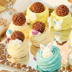"""Priscila Cantinho on Instagram: """"Tá chegando a época mais doce e divertida do ano. Vem páscoa linda!"""" Pavlova, Party Cakes, Desserts, Instagram, Food, Lollipop Candy, Sweets, Gourmet, Bunny Rabbit"""