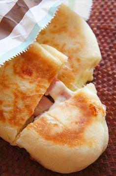 [捏ねない!発酵20分!]フライパンでとろ~りチーズとベーコンのパニーニ | 珍獣ママ オフィシャルブログ「珍獣ママのごはん。」Powered by Ameba Bread Recipes, Snack Recipes, Cooking Recipes, Snacks, Japanese Cake, Japanese Food, Sushi, Low Carb Burger, Brunch