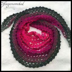 Nu så, mönstret till den rundade sjalen är färdigt! Denna sjal har fått sitt namn efter min brors-/guddotter som heter just Emilia! Hon är ganska nybliven tonåring, men gillar som tur är fortfarand…