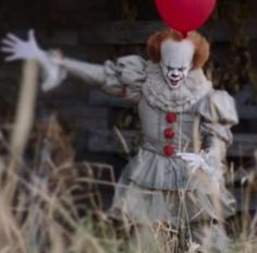 Yes, I took a little pause from the festivities that are Christmas Eve to bring you PENNYWISE. Ladies and gentlemen we have some new looks at Bill Skarsgard as Pennywise! Andy Muschietti's reboot … Stephen King It, Steven King, Penny Wise Clown, Halloween 2017, Halloween Horror, Scary Movies, Horror Movies, I Love Cinema, Es Der Clown