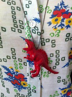 Colgante dinosaurio fucsia.   $15  via Bahía, confecciones, recuerdos y puestas de sol.. Click on the image to see more!