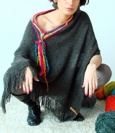 Poncho / telar, fieltro Loom Weaving, Hand Weaving, Poncho Outfit, Knitted Poncho, Bunt, Boho Fashion, Knit Crochet, Crochet Patterns, Textiles