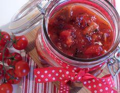 Har du begynt å planlegge julematen? Det har jeg! Sild hører julentil og tomatsild er helt klart blant favorittene. Enkel ogsmakfull tomatsild laget fra bunnen av er noe av det beste jeg vet. Hva...