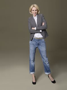 Mehr ist mehr: Mischen Sie Stoffe, Stile und Farben. Kein Stress, keine Regeln, nur ein Blazer als Basic und unzählige Kombi-Möglichkeiten. So wie der schwarz-weiße DOLZER Blazer und die lässige Boyfriend-Jeans. Dazu der Alltime-Klassiker – eine weiße Bluse – das macht einfach gute Laune!