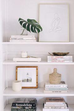 Easy Steps for Shelf Styling - Harlowe J. - Easy Steps for Shelf Styling – Harlowe JamesHarlowe James - Decor, Living Room Inspiration, Minimalist Home, Room Inspiration, Minimalist Decor, Easy Home Decor, Interior, Home Decor, Room Decor