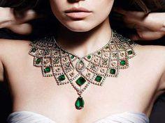 Gösterişli renk ve modelleriyle dikkat çeken, taş ve metal detaylı özel kolyeler...