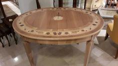 Tavolo allungabile con intarsio in essenze di legno