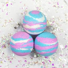 Pearl Bath Bombs: Unicorn Ring Bath Bomb If you were born a Unicorn, then this bath bomb is for you. Made with pink and blue fairy dust, this magical bath bomb will release your inner Unicorn, while swirly clouds of cotton candy will leave you smelling like a dream!�Each one is unique & will turn your bath a different shade of pink, blue or purple - depending on your inner unicorn spirit. Each bath bomb is sprinkled with sparkles for extra magic!�%u2728%uD83E%uDD84 Handmade, vegan &