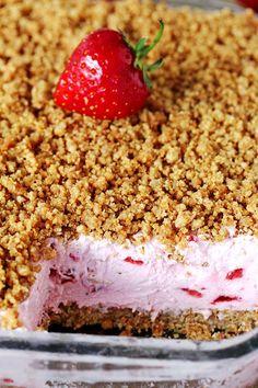 Easy Frozen Strawberry Dessert refreshing, creamy frozen dessert with fresh strawberries and crunchy graham cracker layer, topped with graham cracker crumbs Frozen Strawberry Desserts, Strawberry Crunch Cake, Frozen Strawberries, Strawberry Recipes, Frozen Desserts, Frozen Fruit, Strawberries And Cream, Kinds Of Desserts, Köstliche Desserts
