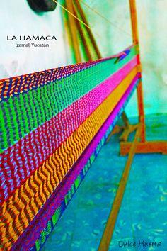 """Gran tradición dentro de la artesanía mexicana y el uso cotidiano de la región Maya de México.  Las voces mayas dicen """"Una hamaca es como el lecho amoroso de una madre"""" pues precisamente de esa válida manera, merece el cuerpo que envuelve.   Taller de Don Agustín Kantún Colli."""