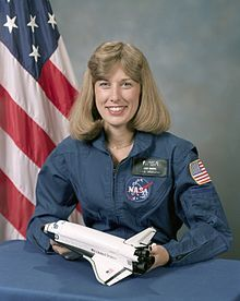 Nancy Jan Davis, a former American astronaut. A veteran of three space flights, Dr. Davis has logged over 673 hours in space. Davis is now retired from NASA. Astronauts In Space, Nasa Astronauts, First Space Shuttle, Indian Space Research Organisation, Space Shuttle Challenger, Space Program, Space Station, Space Travel, Space Exploration