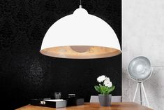 """Die moderne Hängeleuchte """"STUDIO"""" präsentiert sich im angesagten minimalistischen Retrodesign. Der weiße Schirm in Form einer Halbkugel erstrahlt innenseitig mit einer edlen Blattsilber- Auflage und bringt einen Hauch Luxus in Ihre Räumlichkeiten."""