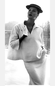 OVERSIZED SHIRTING Balenciaga, 1951 (worned by Suzy Parker, Paris) modern style vintage. It was said that a woman graduated from wearing dior to wearing Balenciaga. The sheer elegance is stunning Moda Retro, Moda Vintage, Vintage Vogue, Vintage Glamour, Vintage Beauty, Fifties Fashion, Retro Fashion, Vintage Fashion, Modest Fashion