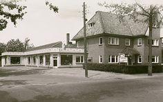 Nuenen, Pastoors winkelbedrijven op de hoek Voirt / Parkstraat. Jos Pé (fotograaf) 1958