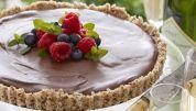 Chokoladetærte, der ikke skal bages, med nødde-kokosbund og fyld af hindbærpuré