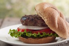 Roasted garlic and fresh rosemary make these burgers extra flavorful! // healthy burger recipes // grilling // beef // homemade // clean eating // lunch // dinner // cook out // Beachbody // Beachbody (Hamburger Grilling Recipes) Carne Asada, Burger Recipes, Copycat Recipes, Grilling Recipes, Rosemary Recipes, Beste Burger, Asparagus Fries, Valeur Nutritive, Nutrition
