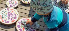 Wer unsere Mosaik-Sandkiste kennt, kann sich vermutlich vorstellen, wie sehr wir Mosaik lieben. Es bringt einfach unglaublich viel Spaß, sich kreativ mit Mosaik auszuleben.  Und da wir von der großen Mosaik-Schlange noch einige Steinchen über hatten, entschieden wir uns vor einigen Wochen dafür, ein paar Mosaik-Dekoplatten für den Garten zu gestalten. Dafür brauchte es