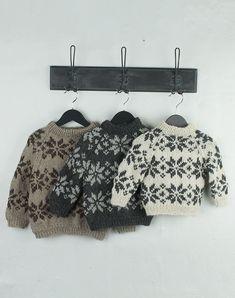 ISBLOMST SWEATER BØRN STRIKKEKIT Baby Knitting Patterns, Knitting For Kids, Knitting Designs, Baby Patterns, Baby Kids Clothes, Baby & Toddler Clothing, Moda Emo, Baby Vest, Baby Sweaters