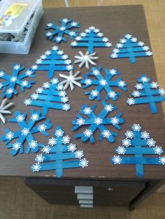 I like this different color/style of Christmas trees and snowflakes made with craft sticks.
