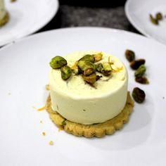 Ein Fichtennadeleis mit zartem Zitrus-, Vanille- und Waldaroma. Passt wunderbar zu selbst gebackenen Orangenkeksen mit Pistazien.