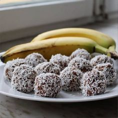 Chokladbollar med banan – recept   1. Mosa bananerna. 2. Blanda bananmoset med kakao, havregryn, kokos och kaffe. 3. Gör bollar av smeten och rulla i kokos. 4. Ställ i kylen för att stelna något. Dairy Free Recipes, Raw Food Recipes, Wine Recipes, Dessert Recipes, Healthy Treats, Healthy Baking, Swedish Recipes, Raw Desserts, Christmas Cooking