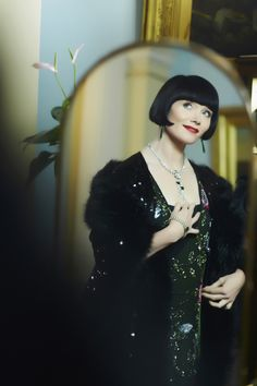 The Fabulous Miss Fisher: Miss Fisher's Murder Mysteries - Murder à la Mode -- stunning emerald and diamond necklace 20s Fashion, Fashion Mode, Vintage Fashion, Best Mysteries, Murder Mysteries, Belle Epoque, Style Année 20, 1930s Style, Miss Fisher