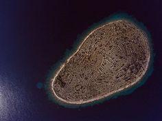 """さいたま@フレンズさんのツイート: """"【クロアチア】アドリア海に浮かぶ指紋のような島 https://t.co/TuyegHpkBJ 1.4平方kmのこの卵型の小さい島は、網の目のように張り巡らされた農地の境界線の石垣によって巨大な指紋のように見える https://t.co/9AwtlxQIuc"""""""