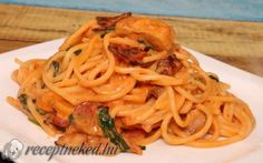 Csirkés-spenótos spagetti recept fotóval Spagetti Recipe, Pizza Recipes, Nom Nom, Bacon, Spaghetti, Ethnic Recipes, Food, Drinks, Drinking