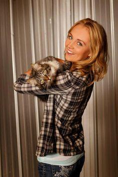 Amber marshall and her cat Mouzer Heartland Actors, Watch Heartland, Heartland Ranch, Heartland Tv Show, Heartland Seasons, Amber Marshall, Ty And Amy, Tatiana Maslany, Female Character Inspiration