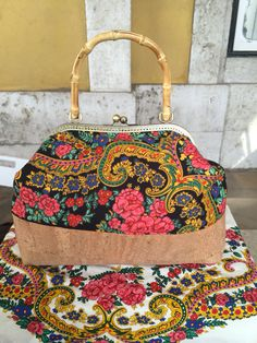 Mala cortiça e lenço de Viana preto  Bag made of cork and black viana scarf