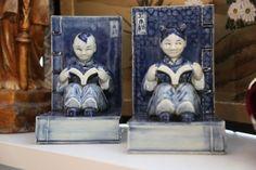 Kinesiska Bokstöd med Läsande par