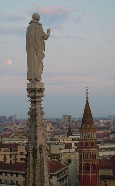 Moonlight... #milancathedral #duomodimilano #moon #luna