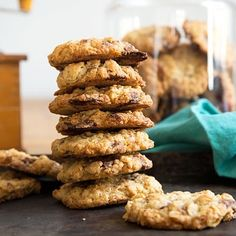 Crunchy oatmeal biscuits with chocolate - madame cuisine - Mhmmm, that was another culinary weekend with us 😋 among other things I baked these crispy choco - Chocolate Oatmeal Cookies, Chocolate Chip Recipes, Chocolate Biscuits, Biscuits Croustillants, Oatmeal Biscuits, Chewy Peanut Butter Cookies, Peanut Recipes, Easy Cookie Recipes, Easy Food To Make