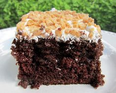 Chocolate Toffee Cake -devils food cake mix, condensed milk, caramel topping, cool whip and toffee! Toffee Cake, Chocolate Toffee, Chocolate Cakes, Chocolate Recipes, Sweet Recipes, Cake Recipes, Dessert Recipes, Dessert Ideas, Drink Recipes